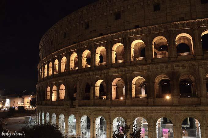 Rzym Koloseum w nocy