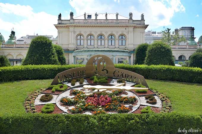 Wiedeń co warto zobaczyć Stadtpark zegar kwiatowy